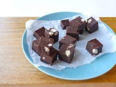 Een tijdje terug deelde ik dezeniet zogezonde, maar wel héle lekkere fudge met noten.. vandaag deel ik een gezondere versie met chocolade. Met een aantal h