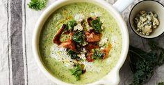 En härligt grön soppa som får mycket smak av ädelost. Vill du göra soppan ännu matigare, toppa med rökt lax eller knaperstekt fläsk!