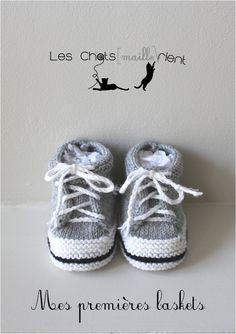 Chaussons bébé tricotés à la main, style baskets, grises, 0-3 mois : Mode Bébé par les-chatsmaillerient