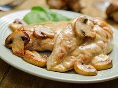 Pollo con Salsa Cremosa de Champiñones | Esta clásica receta de pollo con champiñones te va a gustar mucho. Tiene champiñones salteados con mantequilla y flameados con vino blanco y una cremosa salsa para acompañar. No dejes de probarla.