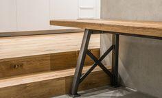 Die Mr. Bold Bank passt perfekt zum Mr. Bold Tisch. Aber auch als Einzelstück ist sie ein wunderschönes Möbel aus hochwertigen Eichenholzdielen und massivem Stahlgestell. Eine Möbelstück mit Charakter.