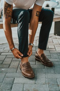 Natural Loafers – Men's style, accessories, mens fashion trends 2020 Outfit Loafers, Chinos Men Outfit, Loafers Men, Brown Loafers, Summer Outfits Men, Stylish Mens Outfits, Outfit Summer, Summer Men, Men Summer Style