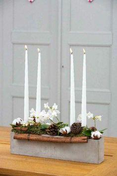 Kerzenständer aus Beton, dekoriert mit Tannenzapfen und Blumen