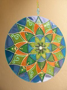 Mandala SAÚDE  Mandala feita em vidro, com técnica de pintura vitral; Para pendurar em qualquer ambiente fio com contas de acrílico.
