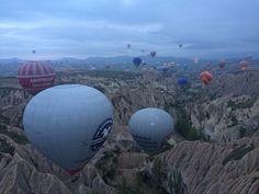 Viagem de balão na Capadócia, Turquia | Viaje Comigo Life, Cappadocia Turkey, Places Around The World, Hot Air Balloon, City, Travel, Places To Travel, Destinations