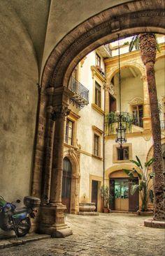 Un androne a Palermo