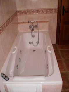 #CÁDIZ #Benalup_Casas_Viejas. #Alquiler_chalet independiente de lujo con capacidad para 7 personas. Dispone de cuatro dormitorios, dos cocinas, tres baños, salón comedor, patio exterior privado de 300 m² y zona ajardinada con #piscina. Se encuentra a 2 minutos del pueblo, sin vecindad y en una zona muy tranquila. Cerca del #Parque_de_los_Alcornocales, a 1 Km. de un campo de golf, a 6 Km. de la autovía Jerez-Algeciras y a 28 Km. de la #playa. #casa_rural_con_jacuzzi
