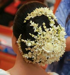 15 Indian Bridal Hairstyles With Flowers - Candy Crow Bridal Hair Buns, Bridal Hairdo, Headpiece Wedding, Bridal Photoshoot, Dress Hairstyles, Bride Hairstyles, Indian Wedding Hairstyles, Hair Decorations, Saree Wedding