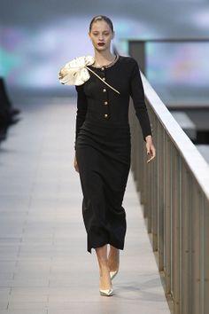 Falda mini con chaqueta de color negro y botones dorados en el 080 Barcelona Fashion #trend #fashion #catwalk #Barcelona #Naulover #fall #winter #2015