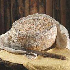 """Strachitunt, que en el dialecto local significa """"redondo stracchino"""", es un queso que pertenece a la familia de stracchini."""