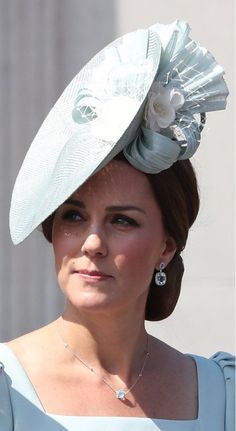 Duchess of Cambridge today joined Her Majesty and the members of the royal family for the The Queen's Birthday Parade also known as Trooping the colour Kate Middleton Jewelry, Kate Middleton Hats, Estilo Kate Middleton, Princess Kate Middleton, Middleton Family, Kate Middleton Style, George Of Cambridge, Duchess Of Cambridge, Catherine Cambridge