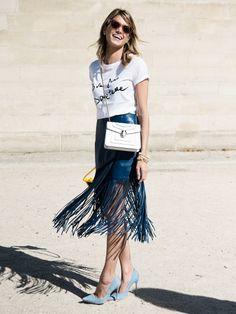 Auch Fashion Bloggerin Helena Bordon liebt Print-Shirts. Sie kombiniert ihr Versace-Top mitFransen-Rock, einer Tasche und hellblauen Pumps.