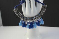 ras de cou plastron dans des camaïeux de bleu avec pompons et strass : Collier par dans-mon-grenier