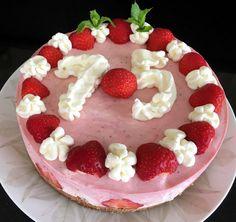 #Aardbeienkwarktaart met #slagroom gegarneerd met #aardbeien, slagroom en verse #munt.