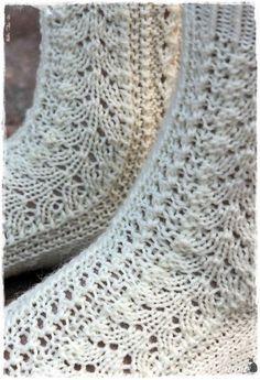 Lupasin laittaa pitsisukkien ohjeen tänne blogiin.  Ohjeen saaminen kirjalliseen muotoon on jokseenkin haastavaa,  sukkien mallit syntyvä...
