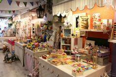 Lovely Kids, una juguetería que enamora a grandes y pequeños, distribuida en paraditas como si de un mercado se tratara.