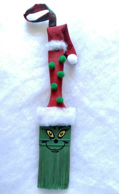 Christmas DIY: This adorable Grinch This adorable Grinch Paintbrush Ornament will be a family favorite for years to come. It is easy to make with my step by step tutorial. Grinch Ornaments, Christmas Ornament Crafts, Grinch Christmas, Christmas Crafts For Kids, Christmas Projects, Holiday Crafts, Christmas Holidays, Christmas Decorations, Christmas Ideas