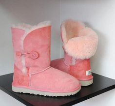 Light pink Uggs, so adorable!