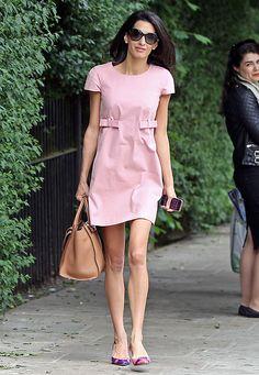 Fashion-Looks: Eleganz trifft auf Extravaganz: Amal lenkt den Blick an ihrem schicken Outfit auf ihre unterschiedlich farbigen Schuhe mit Schnallen-Applikation.