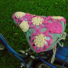 favorite summer activity: biking- and I really think my bike needs one of these crochet seat covers. Free pattern is in Finnish, but I think I can figure it out. Crochet Cross, Crochet Home, Crochet Gifts, Knit Crochet, Crochet Velo, Bike Seat Cover, Seat Covers, Saddle Cover, Pimp Your Bike