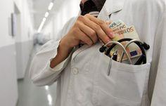 """Rund 71.000 Ärzte erhielten 2015 Geld von der Pharmaindustrie, die Verstrickungen sind fragwürdig. SPIEGEL ONLINE und """"Correctiv"""" haben eine Datenbank erstellt, mit der Sie Ihren Arzt suchen können."""
