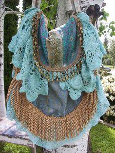 sac bohème chic en dentelle bleu turquoise et tissu imprimé de motifs divers