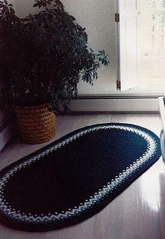 Мою публикацию я хотела бы посвятить вязаным коврикам. Вязаные вещи все больше приобретают популярность в современном интерьере. В частности, вязаные коврики выглядят очень мило и уютно, так как выполнены с любовью и заботой. Каждая вещь, сделанная своими руками, индивидуальна, неповторима и внесет некую изюминку в ваш дом или комнату. Вязаные коврики можно разделить на некоторые группы по вот таким признакам: форма, цель и материалы.