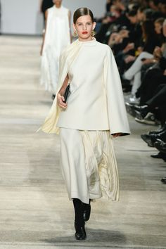 Jil Sander | Ready-to-Wear Autumn 2020 | Look 33 Couture Coats, Fashion Over 50, Fashion Fashion, Red Carpet Fashion, Jil Sander, Stylish Outfits, Celebrity Style, Ready To Wear, Vogue