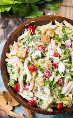 Sommer Salatrezept Grillparty. Frischer Caesar Salat mit Hühnchen und Penne - ein leckeres Rezept für die Grillparty.