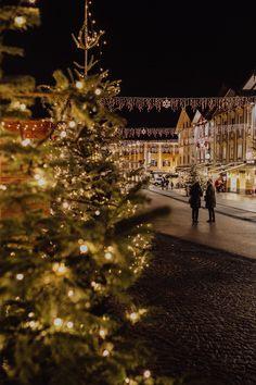 Der Weihnachtsmarkt am Mondseer Marktplatz, vor der malerischen Basilika und dem ehemaligen Benediktinerkloster Schloss Mondsee hat sich seine Ursprünglichkeit erhalten. Hier bilden traditionelles Brauchtum und eine authentische Stimmung einen Gegenpol zur vorweihnachtlichen Hektik. Foto: (c) TVB Mondsee Irrsee, Alexandra Fazan