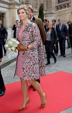 The style of Queen Maxima of the Netherlands in Tom Ford in Paris - Le style de la reine Maxima des Pays-Bas en Tom Ford à Paris The style of Maxima from the Nether - African Fashion Dresses, Fashion Outfits, Womens Fashion, Classy Suits, Day Dresses, Formal Dresses, Mother Of Groom Dresses, Queen Maxima, Royal Fashion