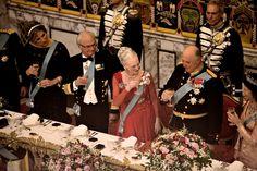 Der var efterfølgende underholdning ved Københavns Drengekor.  Se billeder fra de kongeliges ankomst til Gallataffel.  Se billeder fra gæsternes ankomst til Gallataffel.  Læs mere om H.M. Dronningens 75-års fødselsdag.