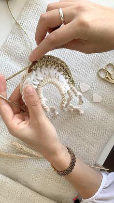 Macrame Wall Hanging Diy, Macrame Art, Macrame Projects, Macrame Knots, Crochet Projects, Diy Crochet, Crochet Crafts, Yarn Crafts, Macrame Patterns