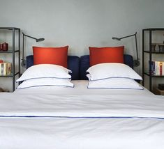 La maison italienne Artemide dévoile son élégante applique Demetra Parete, signée par le japonais Naoto Fukasawa en 2013. #Demetra #Parete #Naoto #Fukasawa #Artemide #applique #wall #light #lampe #lighting #lumière #chambre #bedroom #gris #grey #icon #icone #design
