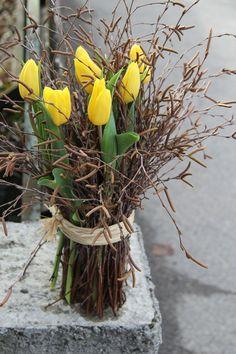 Feb 2020 - mit Tulpen ausgeliefert in Bigenthal delivered with tulips in Bigenthal Easter Flower Arrangements, Easter Flowers, Diy Flowers, Yellow Flowers, Spring Flowers, Flower Decorations, Floral Arrangements, Garden Types, Deco Floral