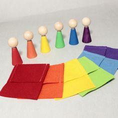 Jeu d'éveil des mêmes couleurs, d'inspiration Montessori, Steiner. Set 6 perssonages arc-en-ciel en bois avec 6 pochettes.  Ce jeu permettra aux jeunes enfants l'apprentissage  - 18275414