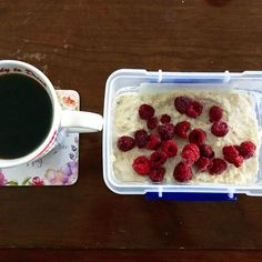 #overnightoats (AKA overnight #proats ☺️)! mixed 40g #oats, 15g @pescience #Snickerdoodle protein powder and 1 container #yoplait French vanilla #yoghurt 🍨 and left to set in the fridge overnight! I also topped with frozen #raspberries 🍓 MyRecipe 1:1:1 milk kvarg havregryn