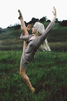 Amazing Dance Photography, Outdoor Dance Photography, Dance in Nature, Ballet Dancer in a Field, Dance Photography Ideas, www.lolagraphy.com #dancemotivation
