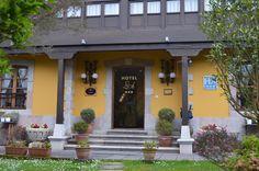 €99 El hotel se asienta sobre una vivienda de origen rural, acondicionada y convertida en una casona de estilo indiano, típica de la zona oriental de Asturias.