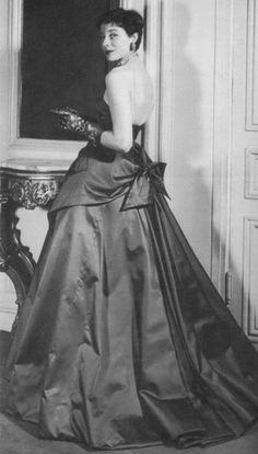 1950 Bettina with her haircut 'a la Zizi Jeanmaire' is wearing satin evening gown with apron effect by Jacques Fath. Jacques Fath, Vintage Outfits, Vintage Gowns, Vintage Mode, Vintage Clothing, Christian Dior, 1950s Style, Fifties Fashion, Retro Fashion