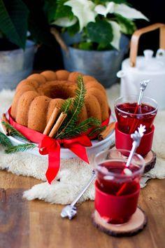 Tarun kuohkea joulukakku on seitsemässä minuutissa valmis uuniin Table Decorations, Chocolate, Desserts, Food, Tailgate Desserts, Deserts, Essen, Chocolates, Postres