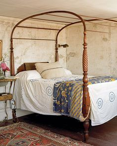 Eastern-influenced canopy bed. >> Stunning space!