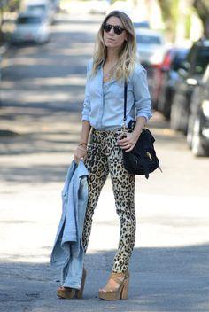 Calça onça + camisa jeans (por dentro)