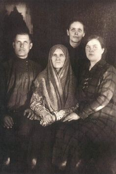 Family Rasputin. At the heart of the widow of Gregory Rasputin Paraskeva Feodorovna left - son Dmitri, right - his wife Feoktista Ivanovna. In the background - Katherine Pecherkina (worker in the house).