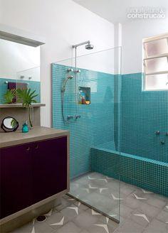 """""""Mistura de tonalidades e texturas confere descontração ao ambiente. Revestida da mesma pastilha de vidro (C&C) das paredes, a banheira divide com a ducha o compartimento no banheiro de 7 m², idealizado pela arquiteta Ana Paula de Castro."""" no site Casa"""