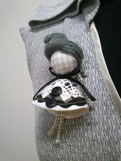 maramanufaktura / brošňa mini MARA /šedo-čierno-biela/