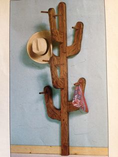 Cactus Hat Rack AJ you have to make this! Cactus Hat, Cactus Decor, Southwestern Decorating, Southwest Decor, Boho Decor Diy, Western Homes, Wood Crafts, Wood Projects, Diy Furniture