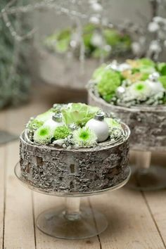 She Likes Green for Christmas Christmas Arrangements, Christmas Centerpieces, Floral Arrangements, Christmas Decorations, Christmas Flowers, Christmas Time, Christmas Wreaths, Deco Floral, Floral Cake