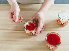 Erdbeer Dessert Erdbeerpüree auf Dessertgläser verteilen