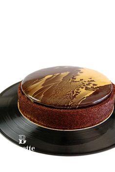 Receta y video de Tarta de chocolate con jalea de pera y caramelo. Cremoso de miel y bizcocho Gioconda de chocolate. Glaseado espejo de chocolate negro.